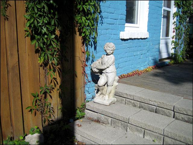 blue wall statue 2