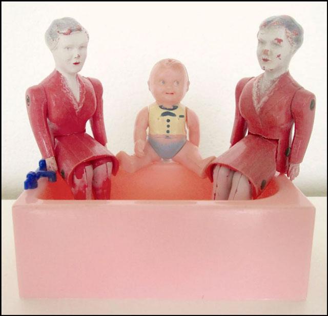 dollhouse-tub-and-dolls