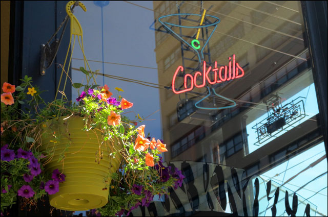 neon-cocktail-sign