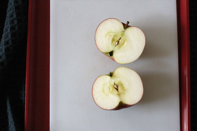 apple-cut-in-half