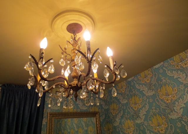 chandelier-in-powder-room