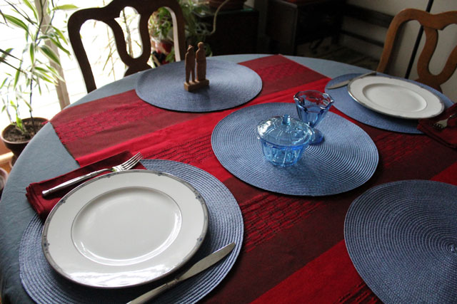 table-with-red-and-blue-decor