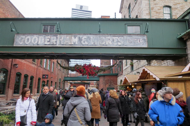 lowes-christmas-market-distillery-district