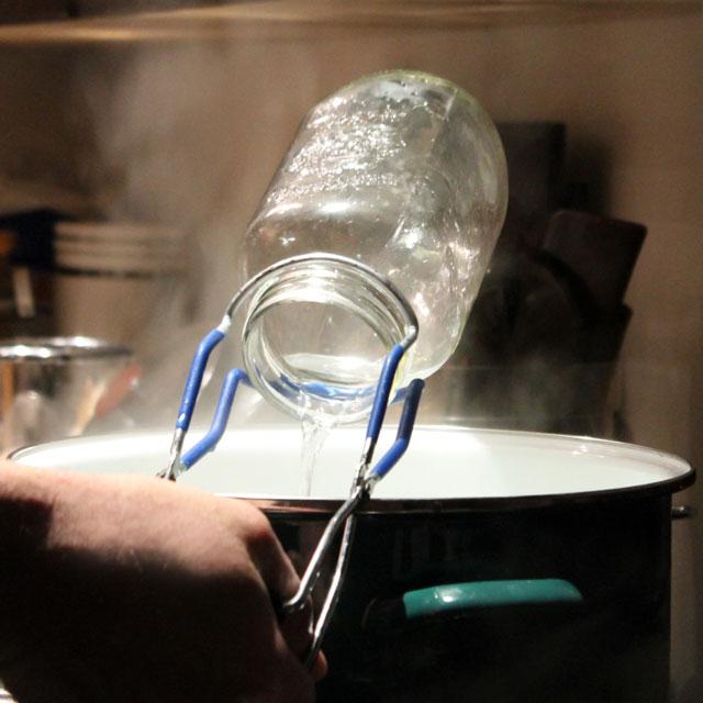 sterilizing-jars-for-tomato-canning