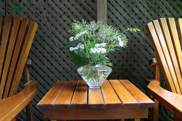 bouquet-of-garden-trimmings-in-a-vase-04