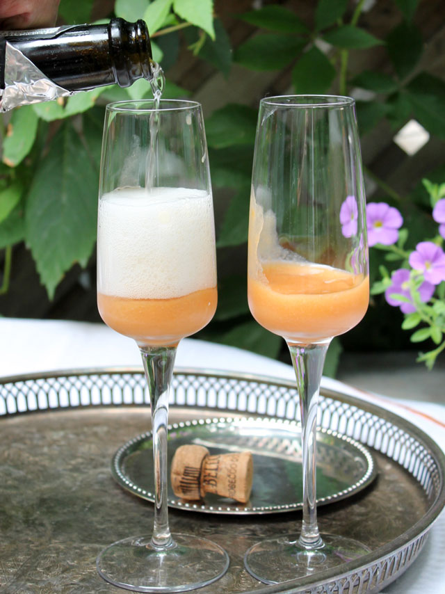making-peach-bellinis-02