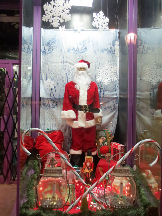 santa-in-a-shop-window-02