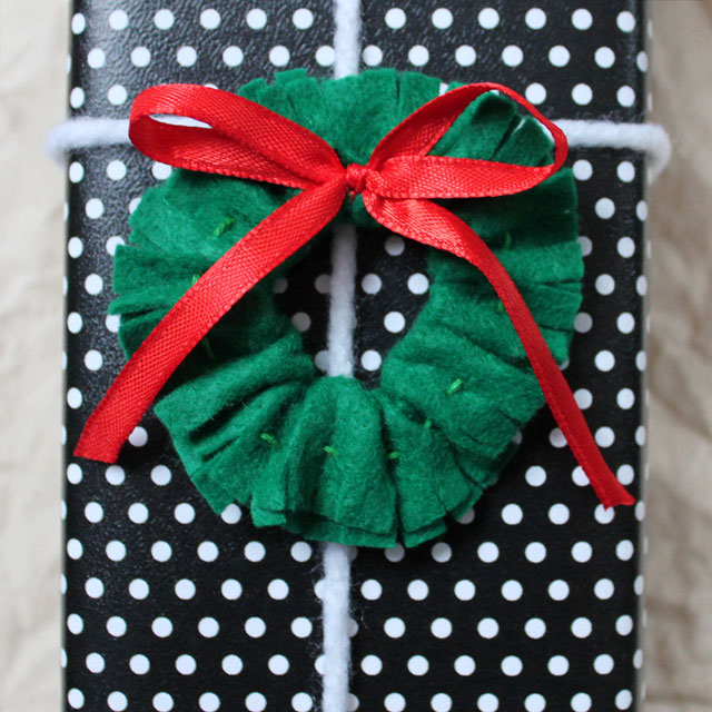 crushable-felt-christmas-gift-topper-wreath-diy