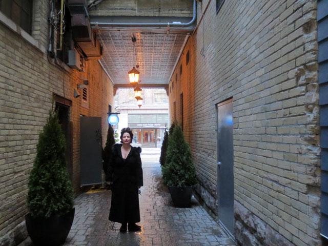 kim-in-alleyway