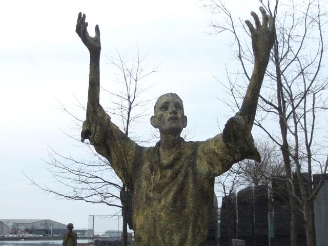 jubilant-man-sculpture-in-ireland-park-toronto-by-rowan-gillespie