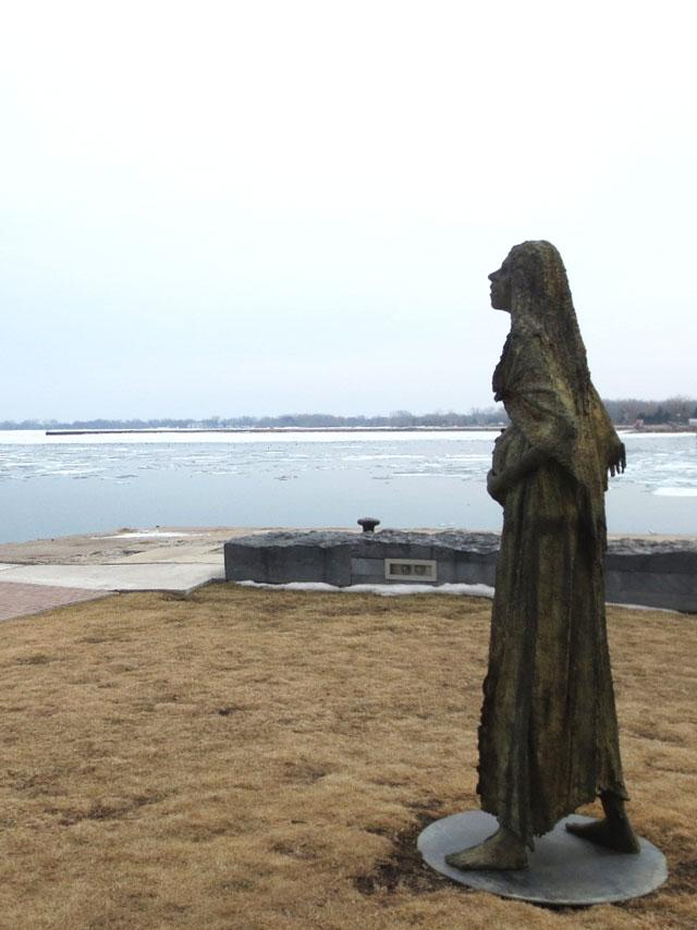 pregnant-woman-sculpture-in-ireland-park-toronto-by-rowan-gillespie