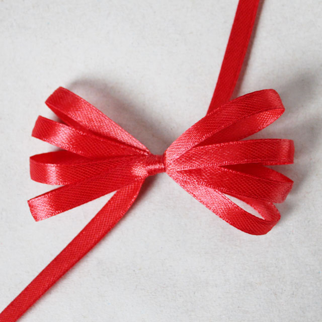 how to make a ribbon bow for gift wrapping using a comb