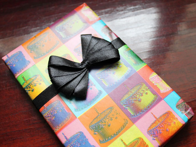 how to make a ribbon bow using a comb for gift wrapping