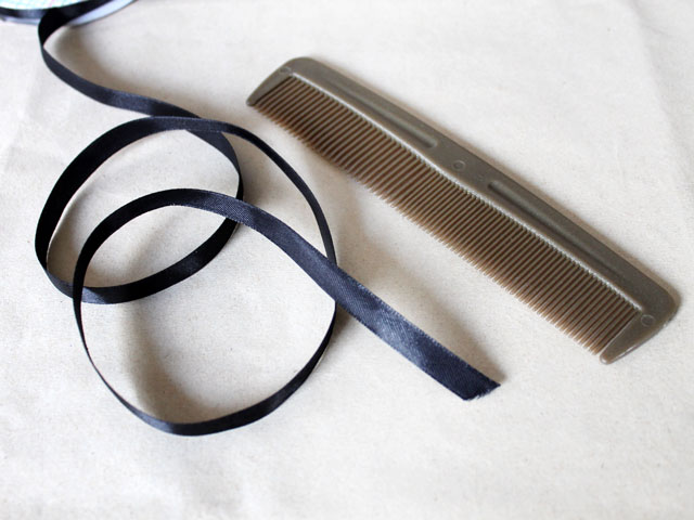 ribbon-and-a-comb-to-make-gift-wrapping-bow