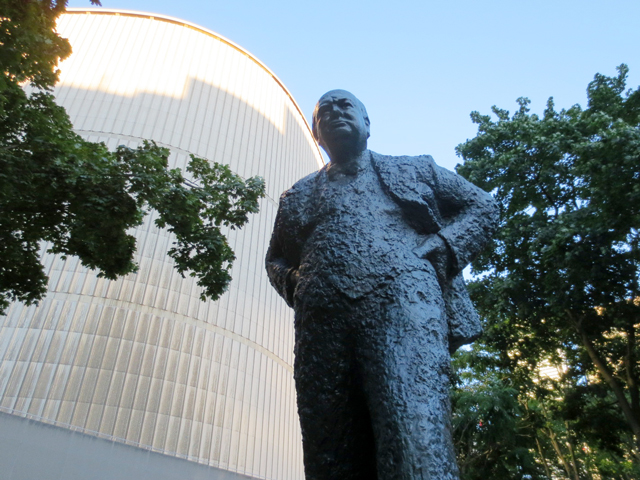 statue-of-winston-churchill-behind-city-hall-toronto