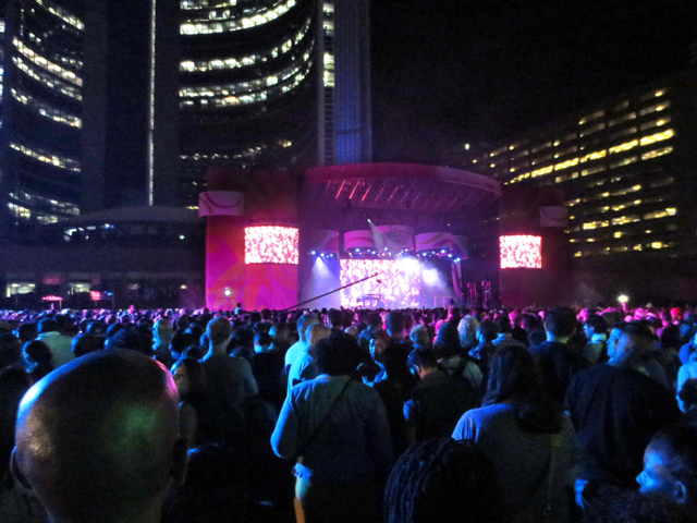 crowd-at-nathan-phillips-square-toronto-to-see-janelle-monae-show-panam-games-panamania