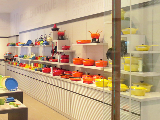le-creuset-shop-in-bayview-village-mall-toronto
