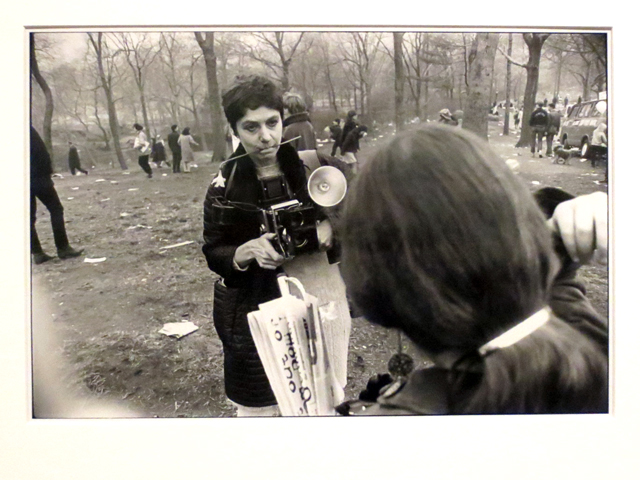garry-winogrand-photo-diane-arbus-love-in-central-park-new-york-city-displayed-at-ago-toronto-outsiders-exhibit