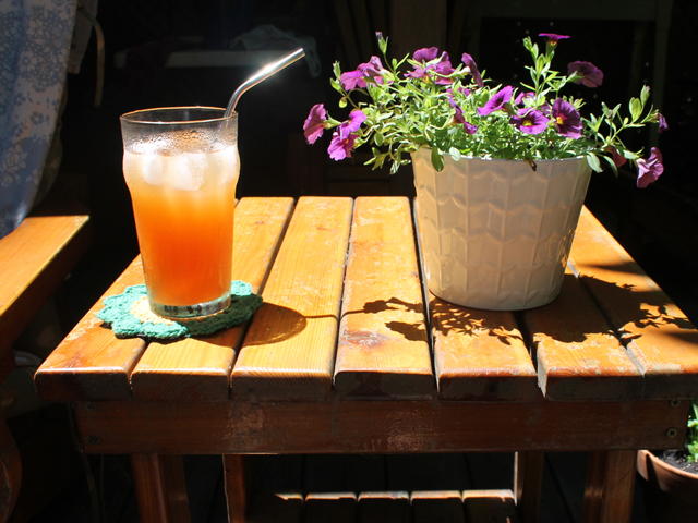 cocktail-and-flower-summer-on-the-patio