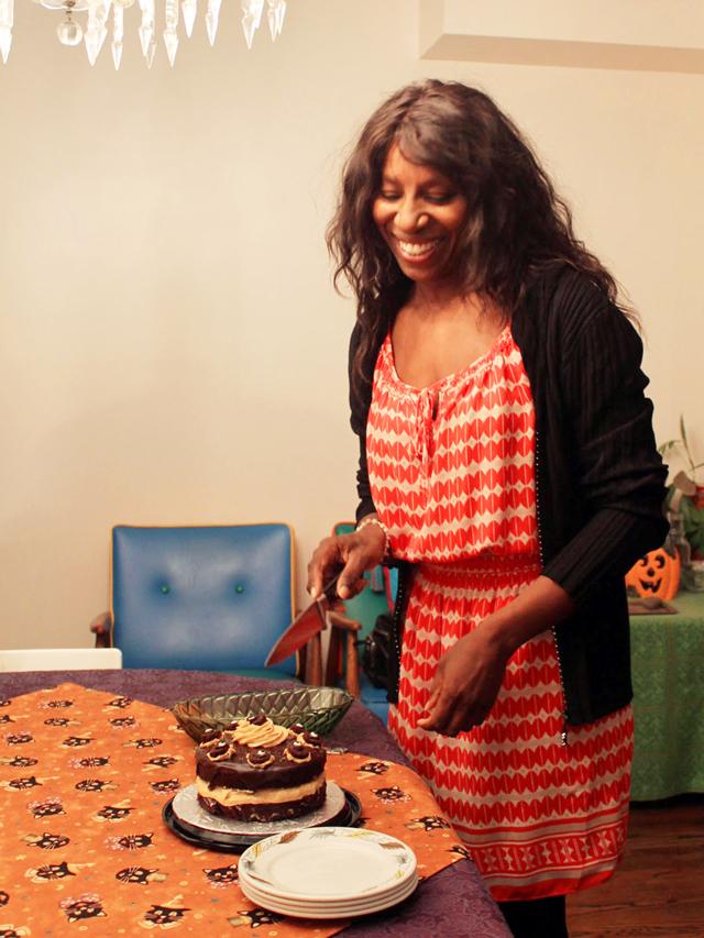 l cutting cake