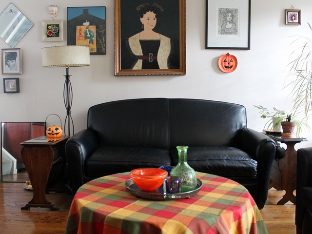 living-room-with-halloween-decor