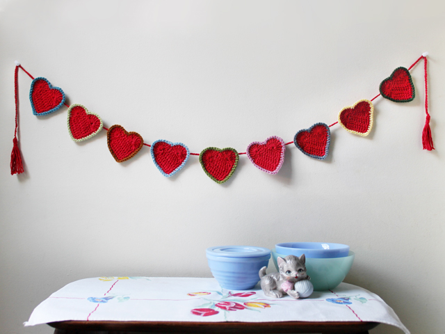 how to crochet a heart garland decoration for valentines day