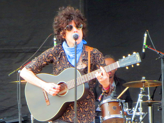 lp performing in toronto field trip music festival twenty seventeen