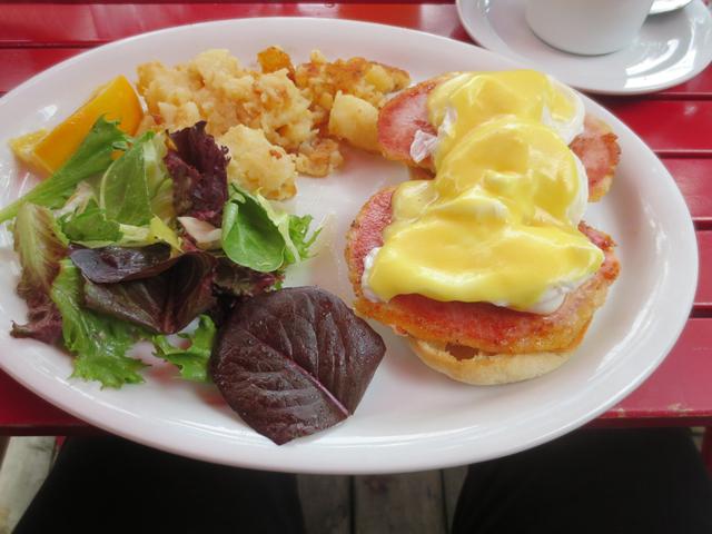 eggs benedict at kos restaurant kensington market toronto