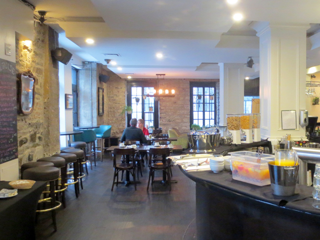 breakfast room at port royal hotel quebec city