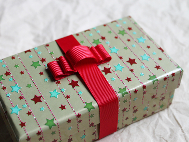 gift wrapped with handmade bow make one using a comb