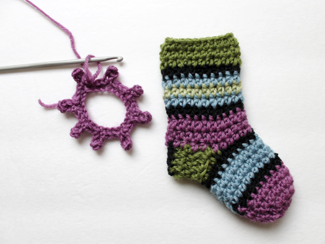 how to make crocheted decorative border for mini stockings