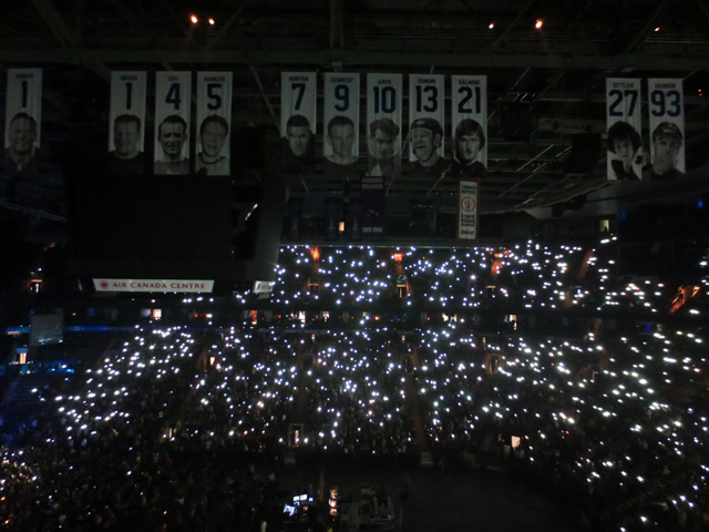 cell phone lights at concert lana del rey toronto acc