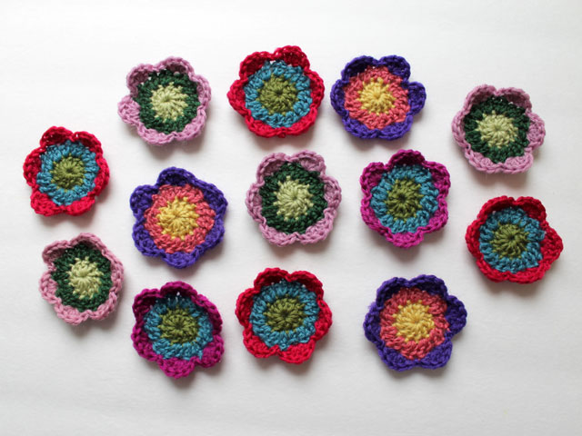 easy three round three colour crocheted flowers how to make