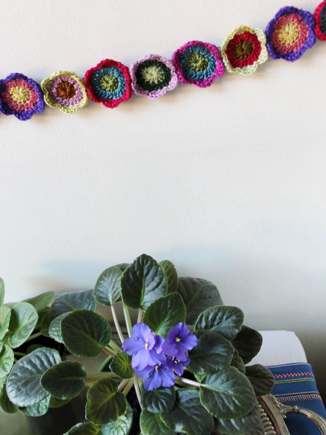how to crochet a colourful flower small garland free pattern