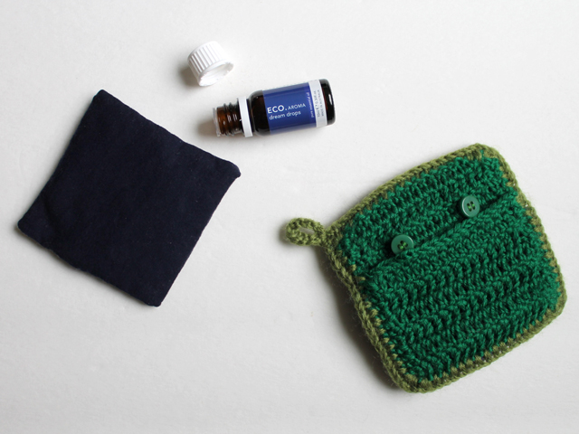 how to make a renewable scent sachet using essential oils and crocheted cover
