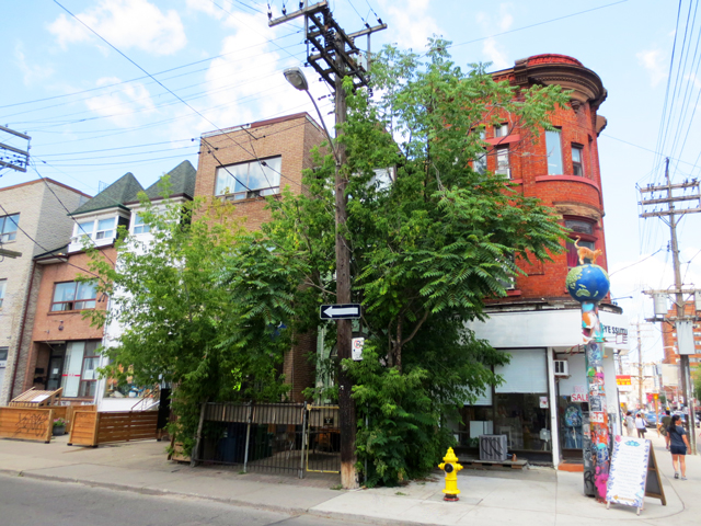 entering kensington market toronto from dundas street west and augusta avenue
