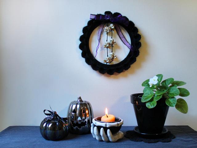 diy how to make crochet wreath black yarn halloween decor spooky